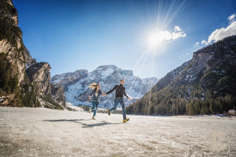 servizi fotografici di coppia pre matrimoniali. Lago di Braies