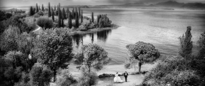 sposi in riva al lago a Garda, sponda veronese del lago
