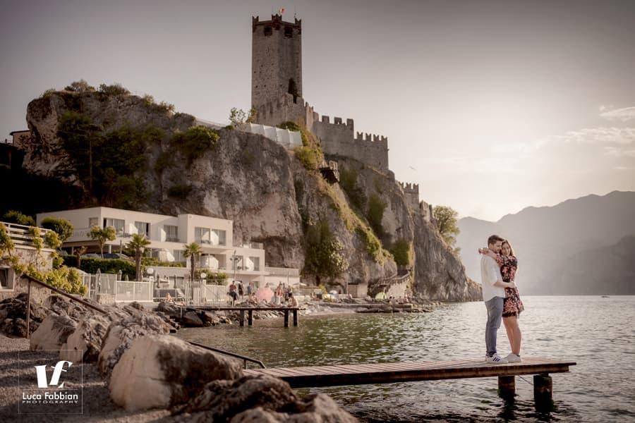 foto fidanzati sullo sfondo del castello di Malcesine