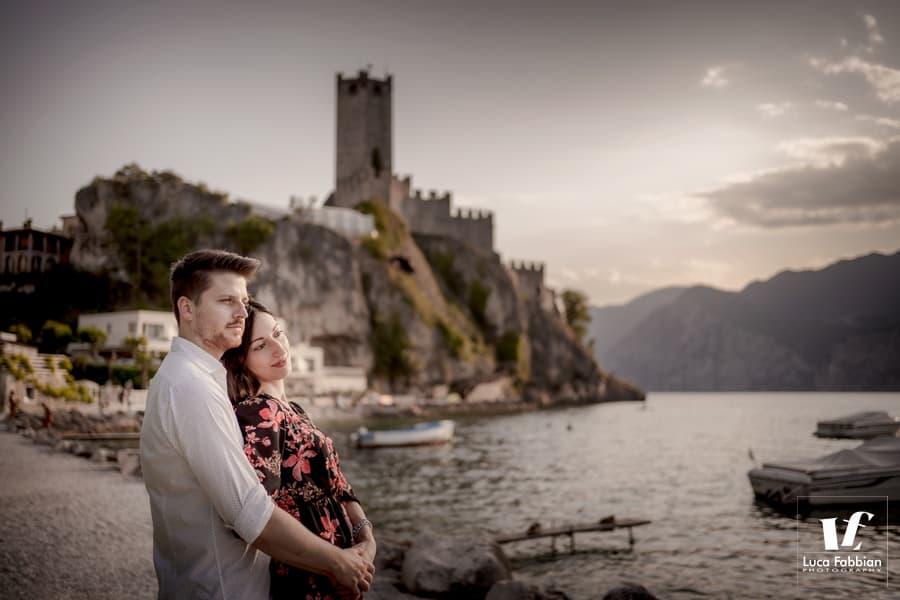 foto di coppia con castello di Malcesine e lago di Garda sullo sfondo