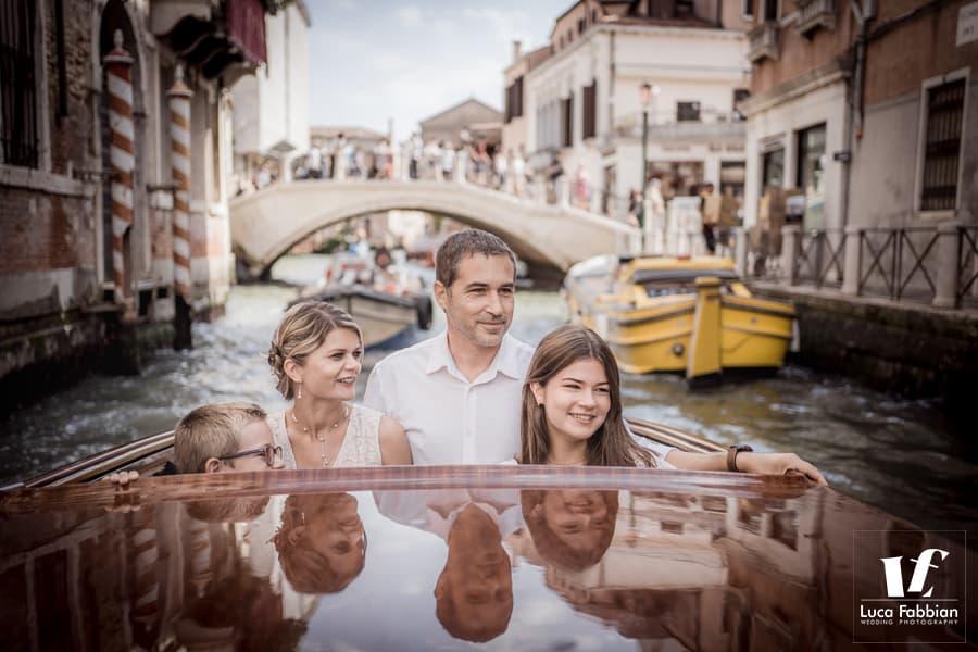 famiglia in motoscafo venezia