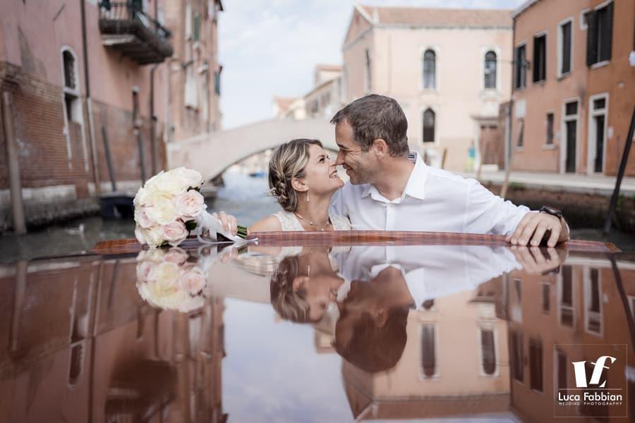bacio in motoscafo matrimonio Venezia
