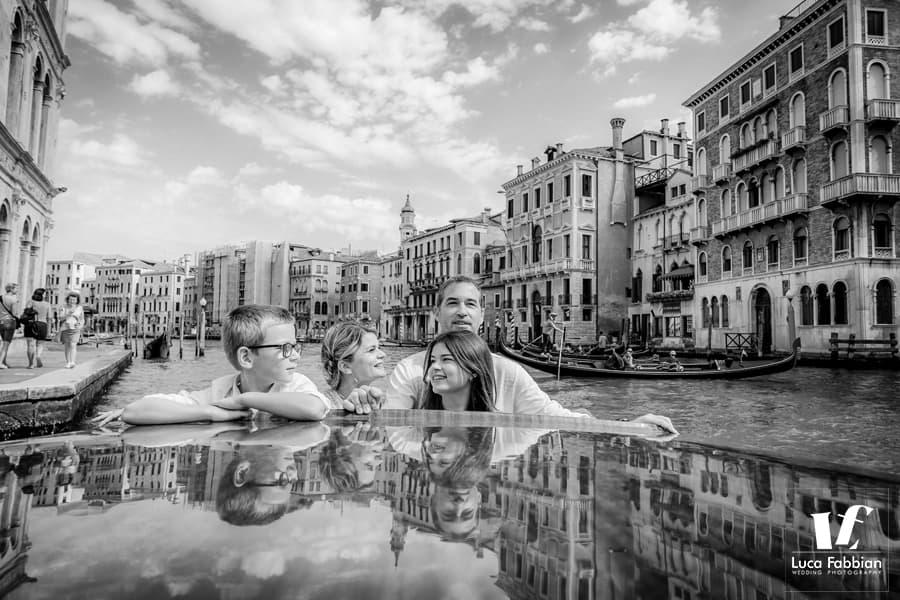 foto di famiglia su motoscafo a Venezia