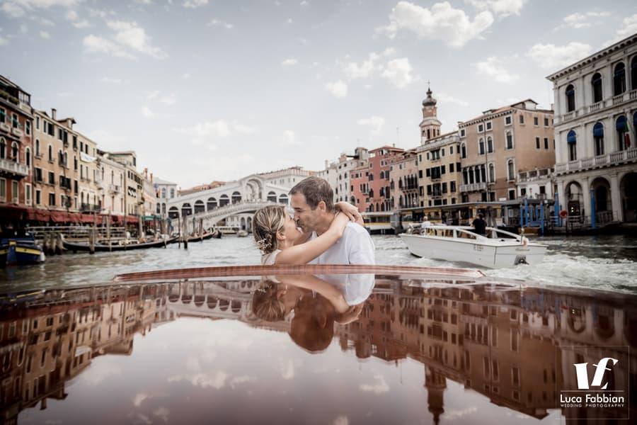 fotografo matrimonio su motoscafo a Venezia