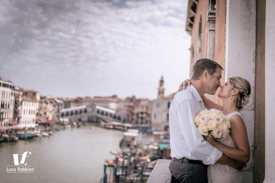 foto di matrimonio con vista su Canal Grande e ponte Rialto
