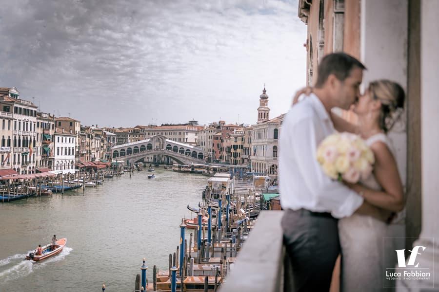 foto di matrimonio con Canal Grande e Ponte di Rialto sullo sfondo